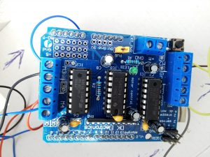 El Motor Shield V1 de Adafruit.